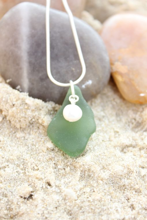 https://www.onemoregift.co.uk/product/scottish-seaglass-emerald -green-freshwater-pearl-necklace